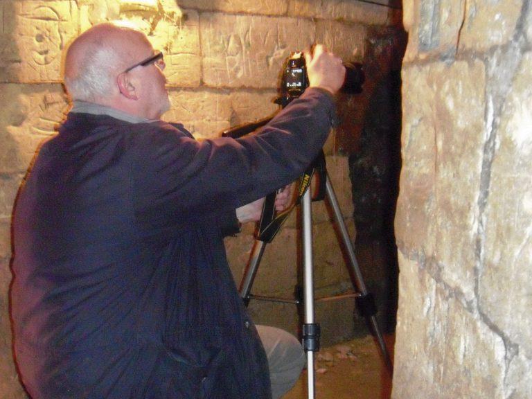 Jan fotografeert inscripties