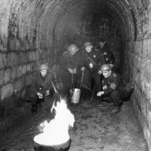 Fikkie stoken in het fort Sint Pieter, de mannen proberen de brand te blussen met behulp van emmerspuiten.